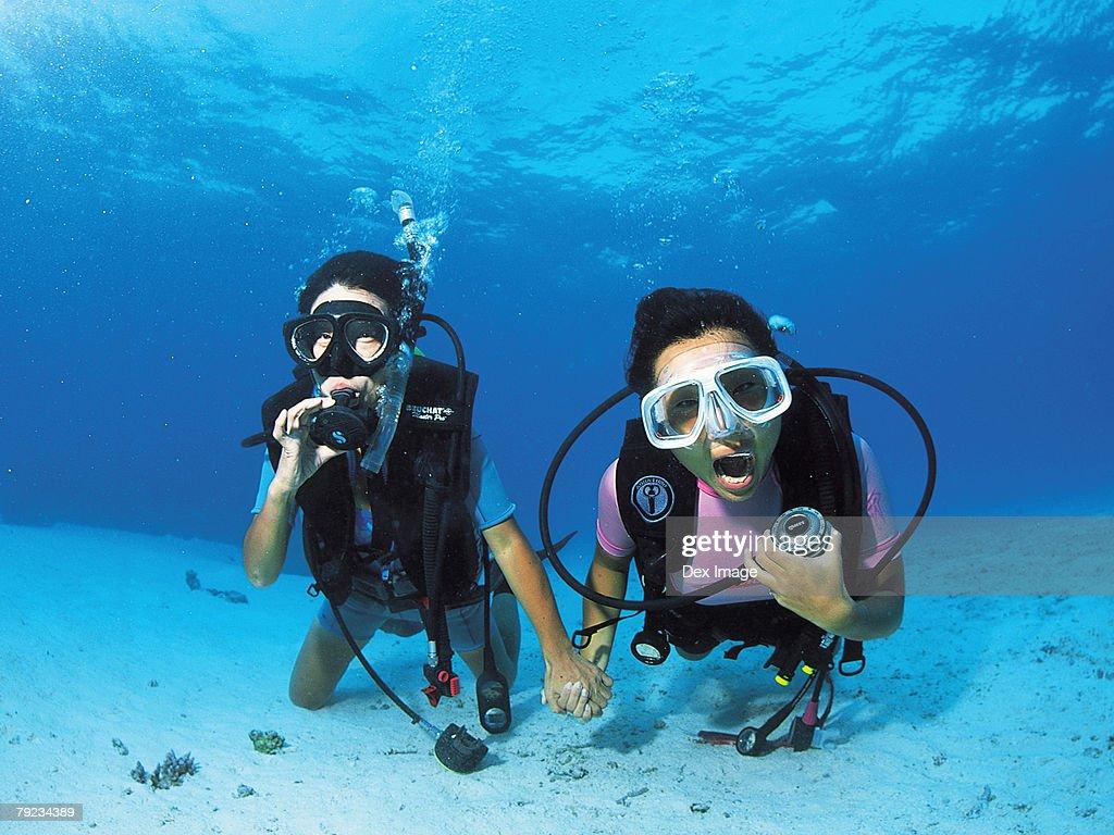 Two scuba divers underwater, portrait : Stock Photo