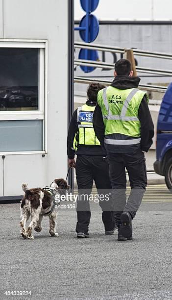 Deux des agents de sécurité et chien à Calais Port. La France