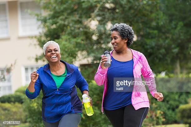 Dois idosos mulher exercitar em preto