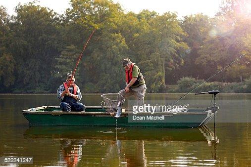 Dois homem idoso Apanhar Peixes