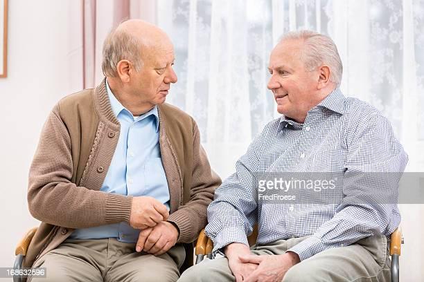Dos hombres mayores teniendo un debate de feliz