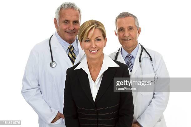 Zwei ältere Lächelnder, Ärzte und Geschäftsfrau weißem Hintergrund
