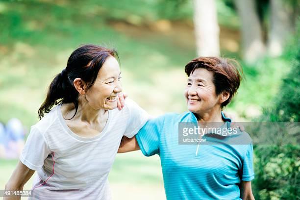 2 つの高齢者の女性を実行した後、代々木公園、東京,日本