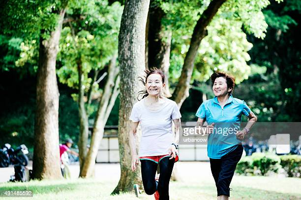 2 つの高齢者の女性、東京の公園でジョギング、東京、日本
