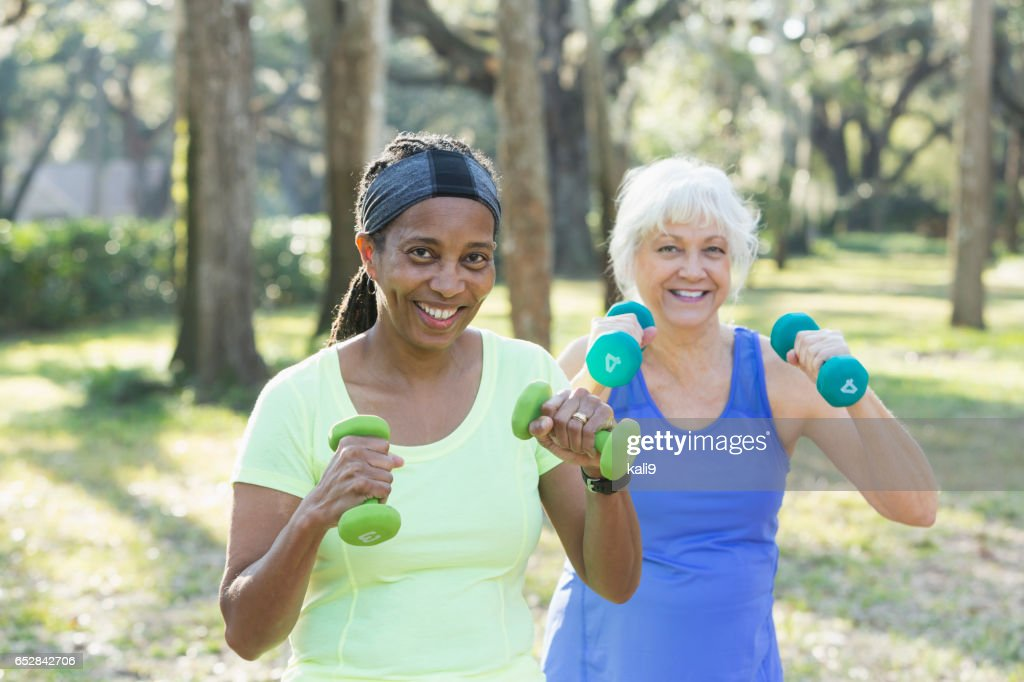Deux femmes âgées exerçant dans le parc avec des poids de la main : Photo