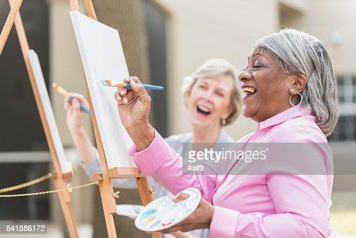2 つの高齢者の女性楽しむ芸術絵画のクラス