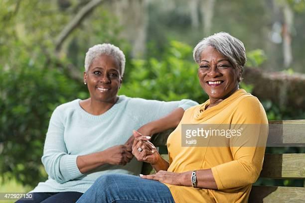 Duas mulheres idosas sentado no banco de Parque