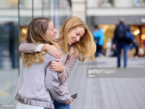 Zwei Einkaufen Stockholm Blondine Frauen spielen im Sergels Torg, Stockholm
