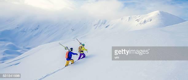 2 つのスキーヤーために、雪で覆われた丘