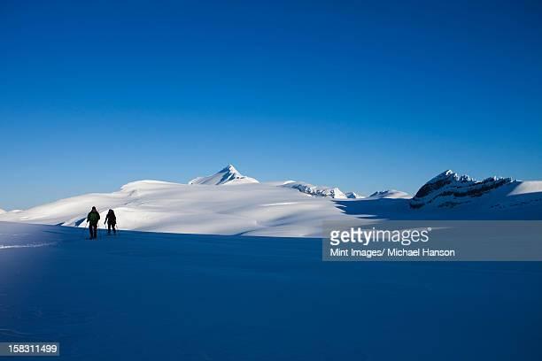 2 つのスキースロープにある山岳地帯の眺め