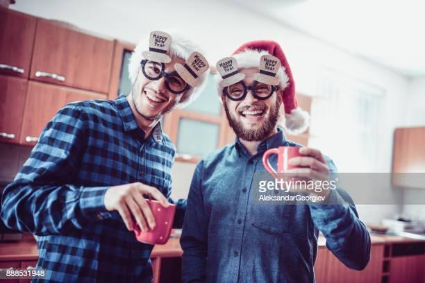 Zwei lächelnden Freunde trinken Kakao und haben eine lustige Unterhaltung