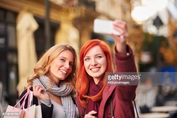 Två leende vänner att göra selfie