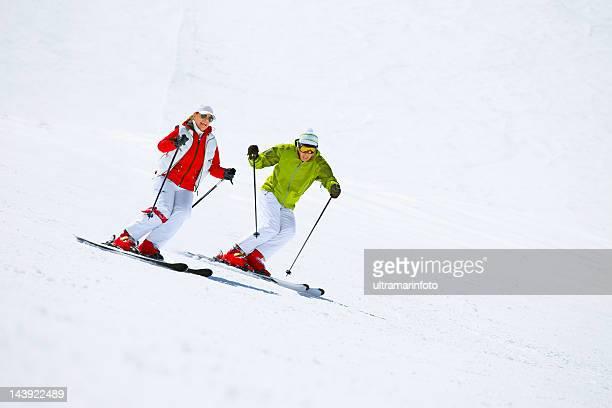 Zwei Schnee Skifahrer Skifahren im snowy Alpen