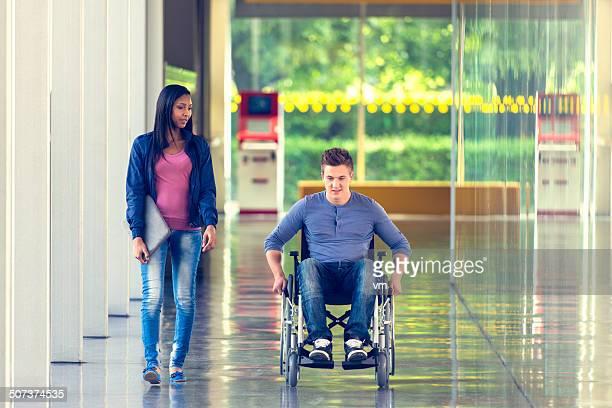Zwei Studenten im Korridor
