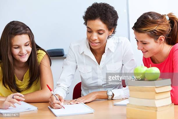 Zwei Studenten mit Lehrer, ein informelles Class