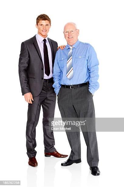 Dos hombres de negocios de pie juntos