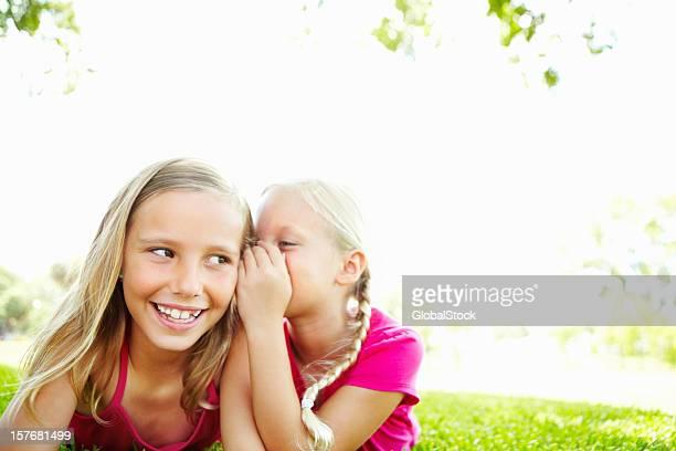 Deux adorables jeunes femmes partageant un secret ensemble