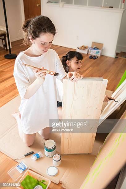 Zwei systers-Teenager Mädchen Farben Möbeln details