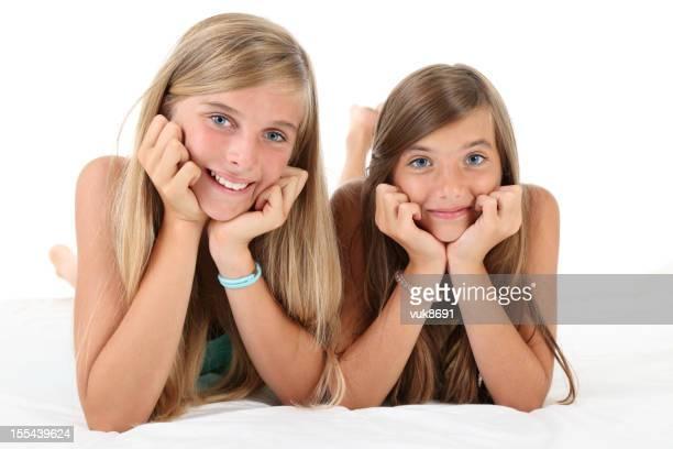 Due ragazze adolescenti Sdraiato su un letto