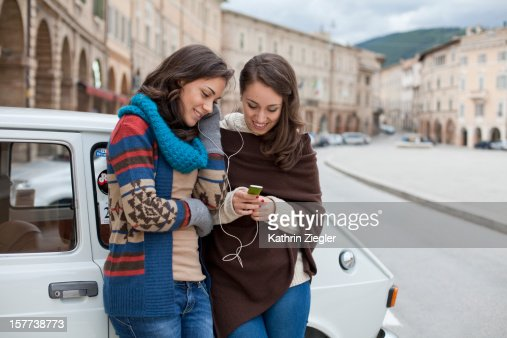 two teenage girls sharing mp3-player : Stockfoto