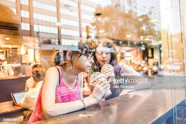 Zwei weibliche Teenager, Schwestern, drinks und Eiskaffee in einem Café