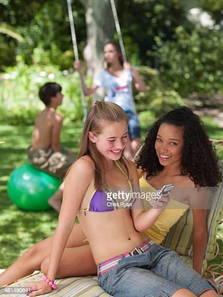Deux jeunes filles de détente en plein air en été avec