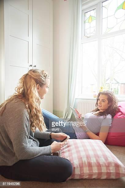 Duas mulheres adolescente conversar através de uma ligação Wi-Fi