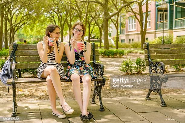 Zwei teenager-Mädchen Essen Eis im Park in Charleston