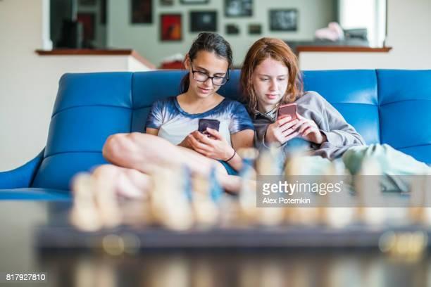 2 10 代女の子、姉妹、一緒に社会的なメディアを参照