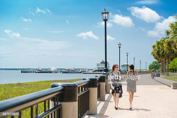 Zwei teenager-Mädchen-Spaziergang im Park am Wasser in Charleston, Süden Carolina