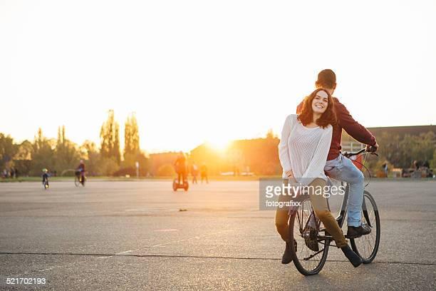 Zwei teenager haben Sie Spaß mit dem Fahrrad