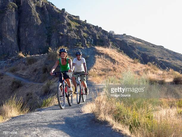 Zwei Teenager Radfahren