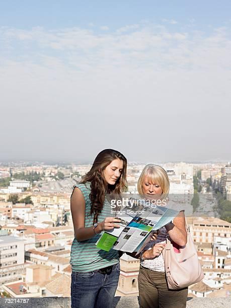 Zwei Touristen, die auf einer Karte anzeigen