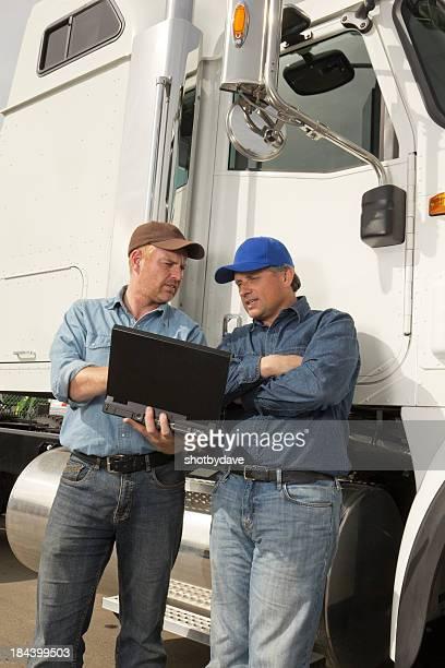 Zwei Truckers und Computer