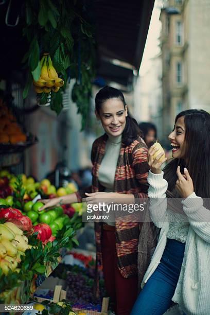 Deux femmes, profitant des boutiques Turquie