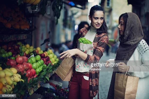 Zwei türkischen Frauen Shopping