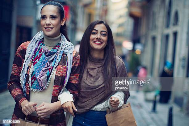 2 人のトルコ人の女性のショッピングをお楽しみいただけます。