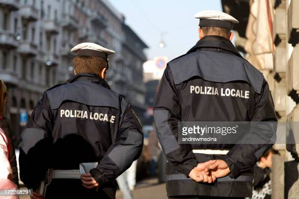 Due Poliziotti in Patrol tipica italiana in strada.
