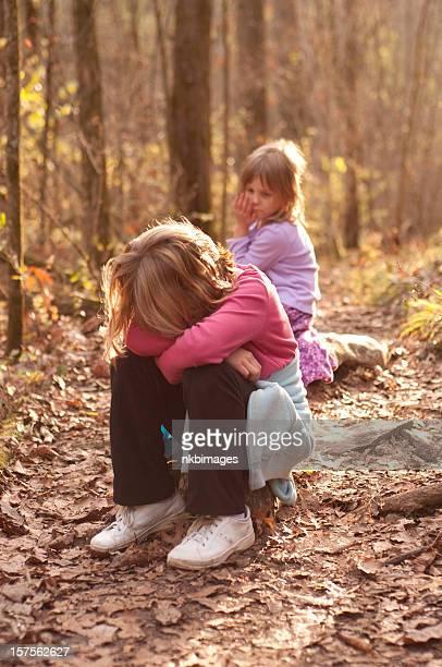 Zwei unglücklicher Mädchen verloren und allein auf den Wald