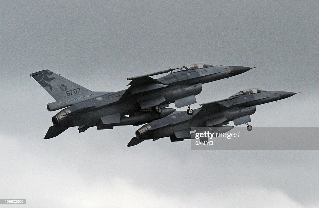 Two US-made F-16 fighters in the air during an scramble take off at the eastern Hualien air force base on January 23, 2013. The Taiwan air force demonstrated their combat skills at the Hualien air base during an annual training before the coming lunar new year. AFP PHOTO / Sam Yeh