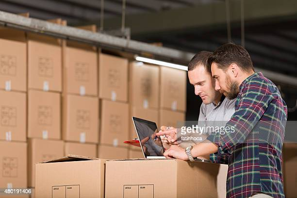 Dois trabalhadores de armazém