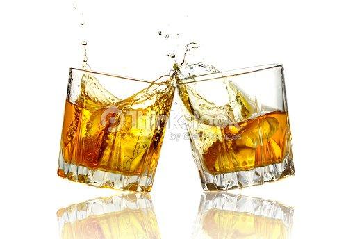 Dos copas de whisky clinking juntos aislado foto de stock for Copas para whisky