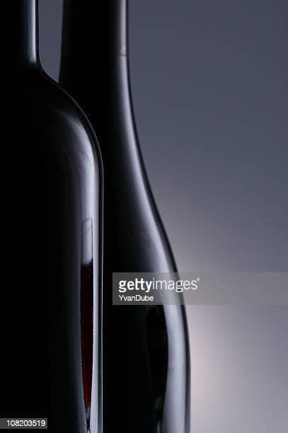 Dos botella de vino sobre gris