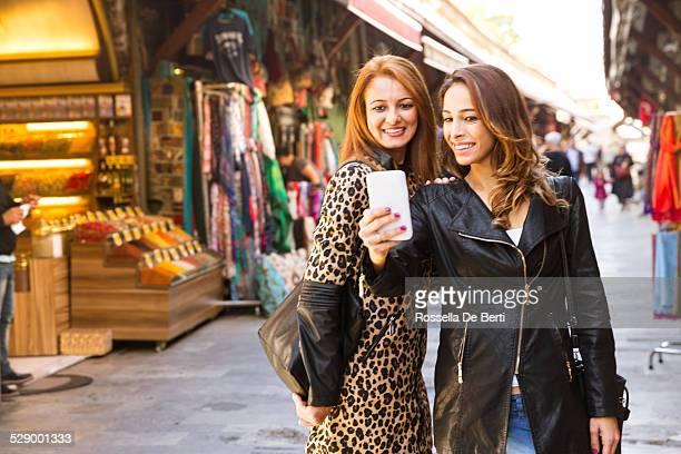Zwei Frau Going Shopping im The Bazaar. Istanbul, Türkei