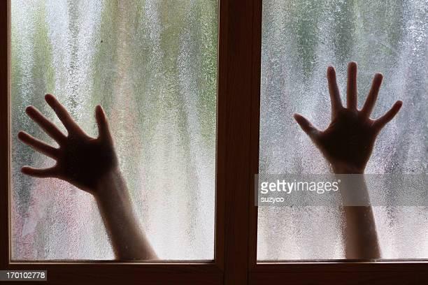 Deux femme mains derrière la fenêtre
