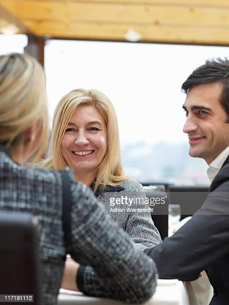 Zwei Frauen und ein Mann in einen buiness meeting