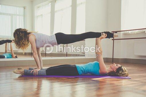 Dos mujeres haciendo Yoga en el interior   Foto de stock 3415da3b6b65