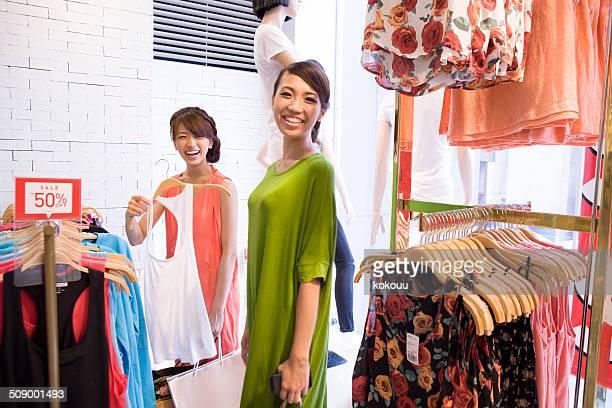 2 つの女性は衣料店でのショッピング