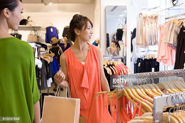 Dos mujeres de compras en una tienda de ropa