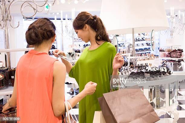 2 つの女性のショッピングを保存